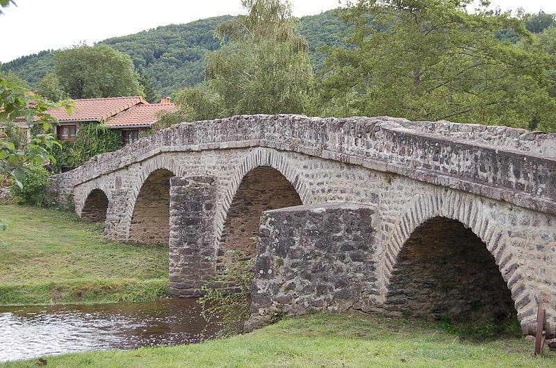 Photo du Monument Historique Pont sur la Sénouire, dit Pont Vieux situé à Domeyrat