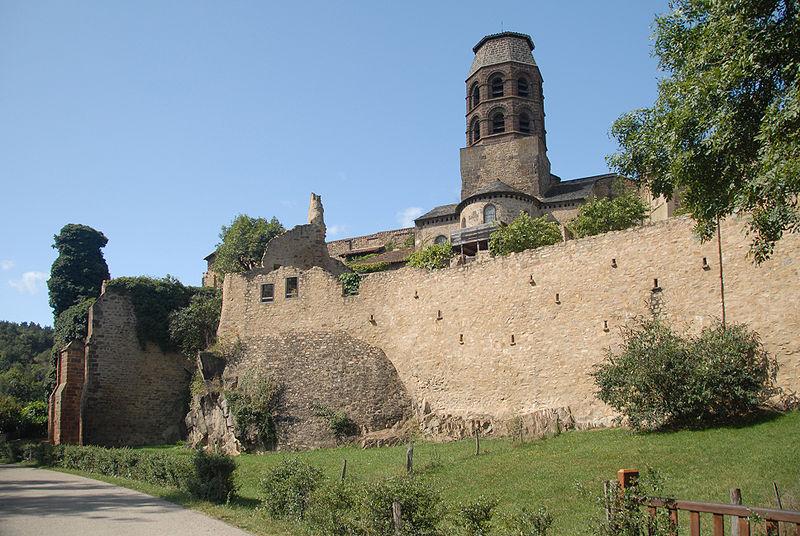 Photo du Monument Historique Ancienne abbaye Saint-André-de-Lavaudieu situé à Lavaudieu