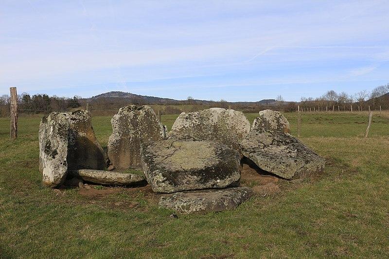 Photo du Monument Historique Dolmen dit de Las Tombas de Las Fadas (la Tombe des Fées) situé à Mazeyrat-d'Allier