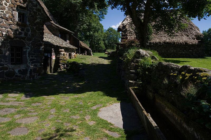 Photo du Monument Historique Ferme à toit de chaume dite Ferme Perrel situé à Moudeyres