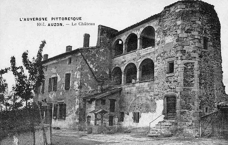 Photo du Monument Historique Château et fortifications situé à Auzon