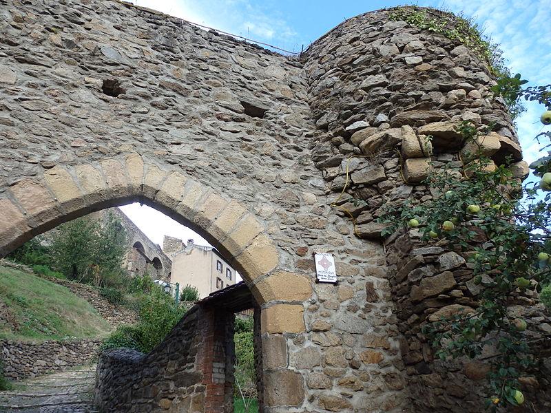 Photo du Monument Historique Porte du Brugelet situé à Auzon