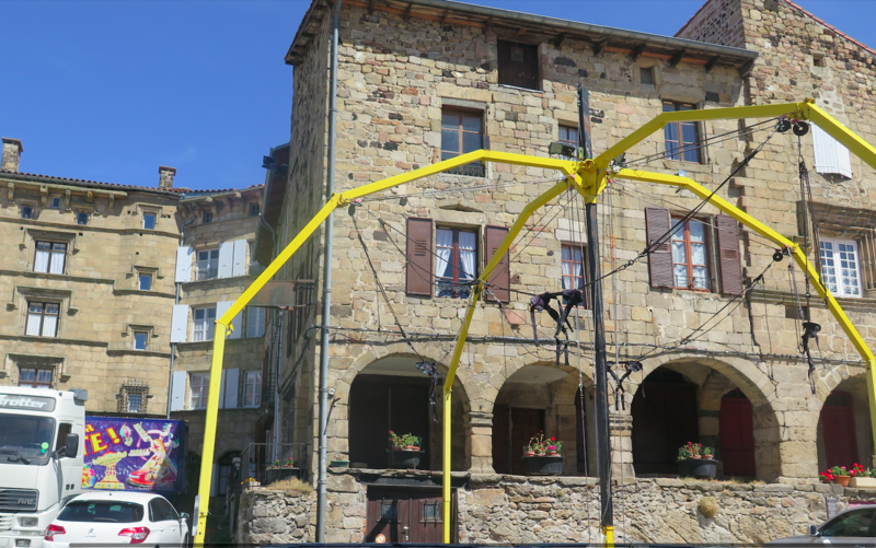 Photo du Monument Historique Maison aux arcades situé à Pradelles