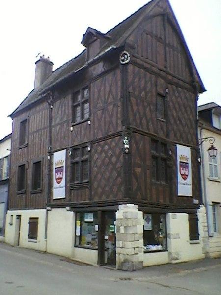 Photo du Monument Historique Maison du 15e siècle, dite de Jeanne d'Arc situé à Châteaurenard