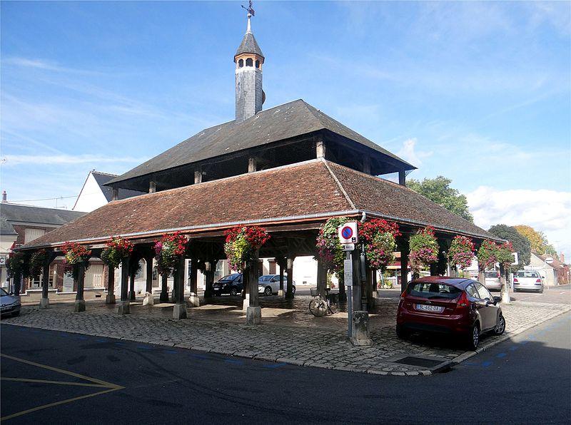 Photo du Monument Historique Halle situé à Ladon