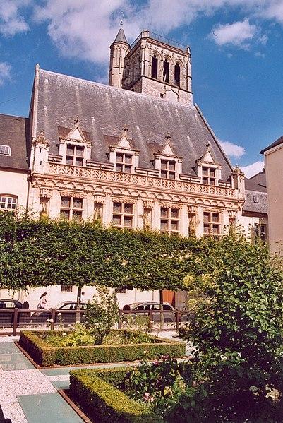 Photo du Monument Historique Ancien hôtel de ville ou hôtel des Créneaux, ancien Musée des Beaux-Arts et Sciences naturelles, actuellement annexe du Conservatoire municipal de musique situé à Orléans
