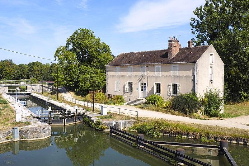 Photo du Monument Historique Site d'écluse et point de jonction des trois canaux de Briare, d'Orléans et du Loing, situés à Buges situé à Châlette-sur-Loing