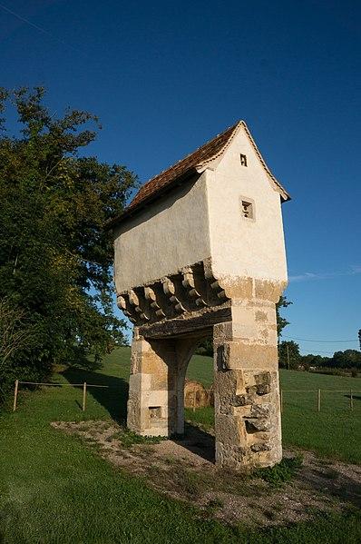 Photo du Monument Historique Pigeonnier-porche situé à Lavergne