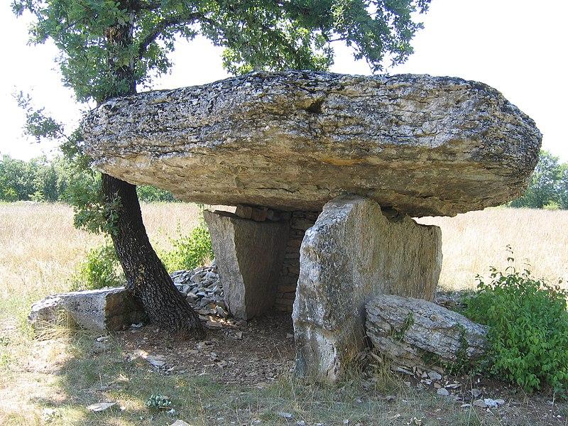 Photo du Monument Historique Dolmen de Ferrières-Haut situé à Limogne-en-Quercy