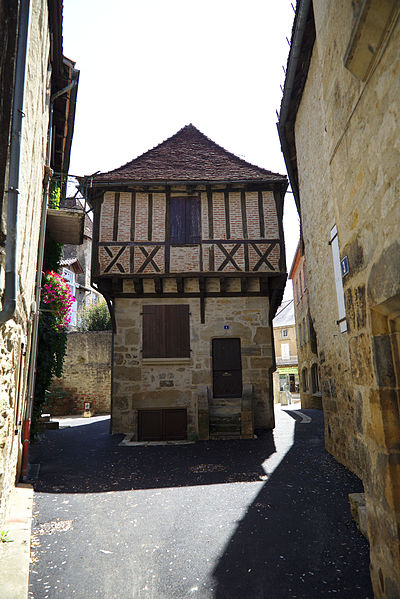 Photo du Monument Historique Maison d'angle à pans de bois situé à Saint-Céré