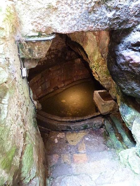 Photo du Monument Historique Fontaine troglodytique dite Fontaine des Anglais situé à Capdenac