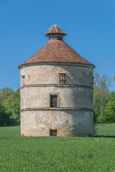 Photo du Monument Historique Ancien pigeonnier du château situé à Assier