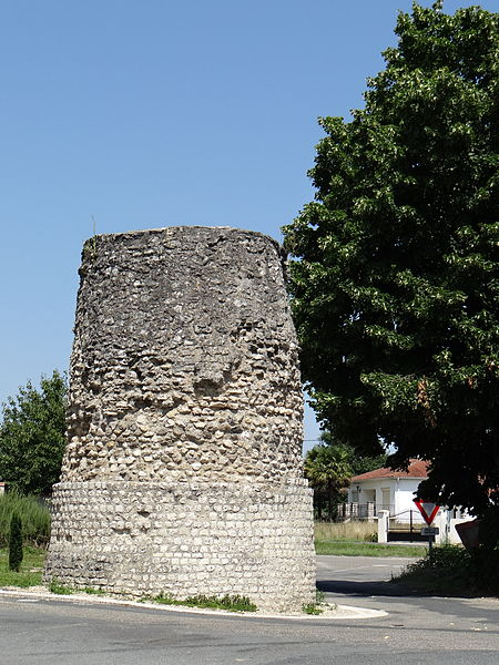 Photo du Monument Historique Tour, dite de Tourasse ou de Pirelongue situé à Aiguillon