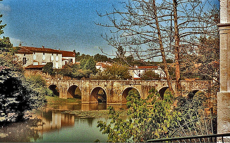 Photo du Monument Historique Pont roman situé à Barbaste