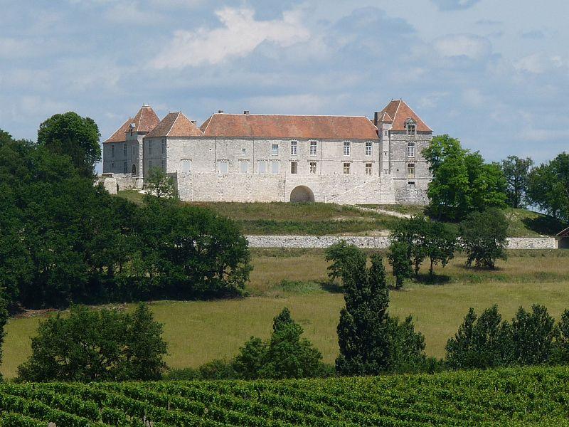 Photo du Monument Historique Château de Théobon (ensemble) situé à Loubès-Bernac