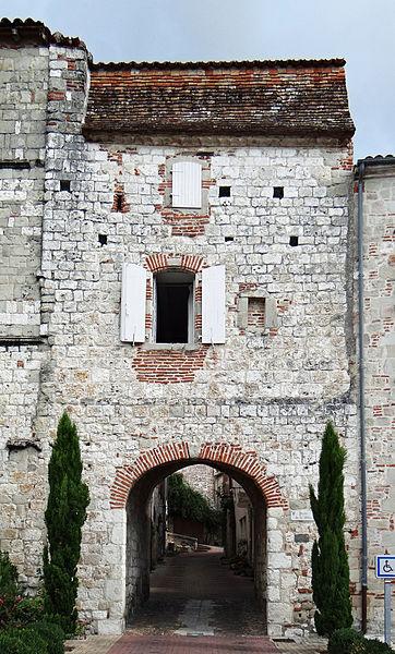 Photo du Monument Historique Porte de ville et la vieille maison contiguë situé à Penne-d'Agenais