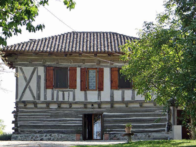 Photo du Monument Historique Maison à empilage de poutres d'Esquirol situé à Montastruc