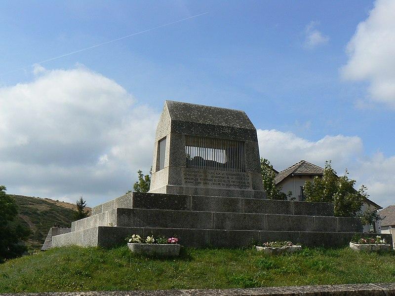 Photo du Monument Historique Monument commémoratif de Duguesclin situé à Châteauneuf-de-Randon