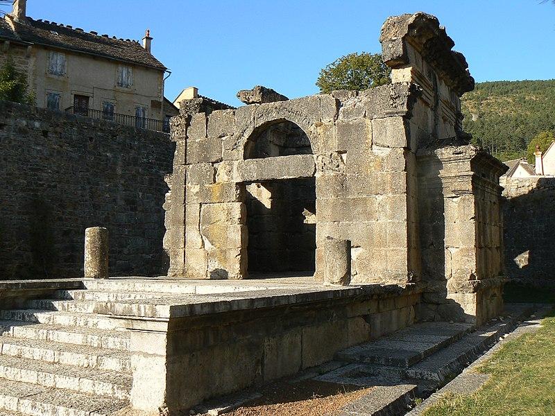 Photo du Monument Historique Monument dit Le Tombeau romain situé à Lanuéjols