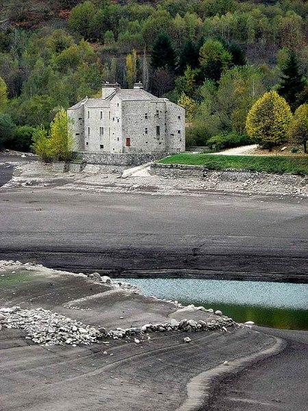 Photo du Monument Historique Immeuble dit Château de Castanet situé à Pourcharesses
