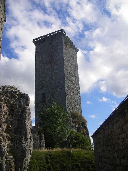 Photo du Monument Historique Ancien château d'Apcher situé à Prunières