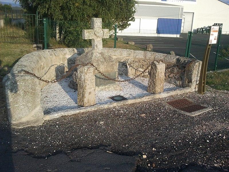Photo du Monument Historique Croix en pierre situé à Saint-Chély-d'Apcher