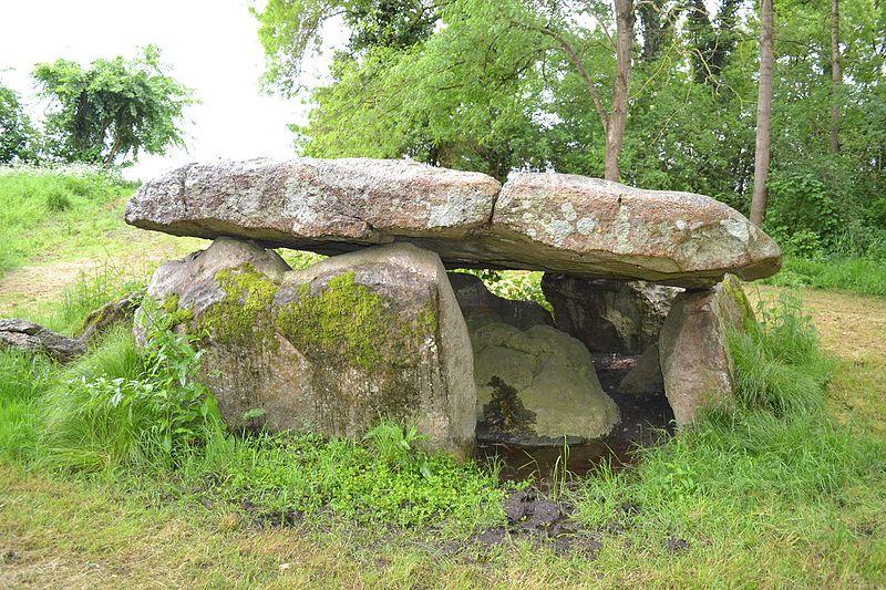 Photo du Monument Historique Dolmen La Vacherie situé à Distré