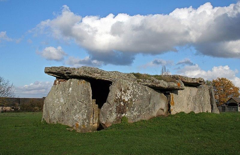 Photo du Monument Historique Dolmen de la Madeleine situé à Gennes