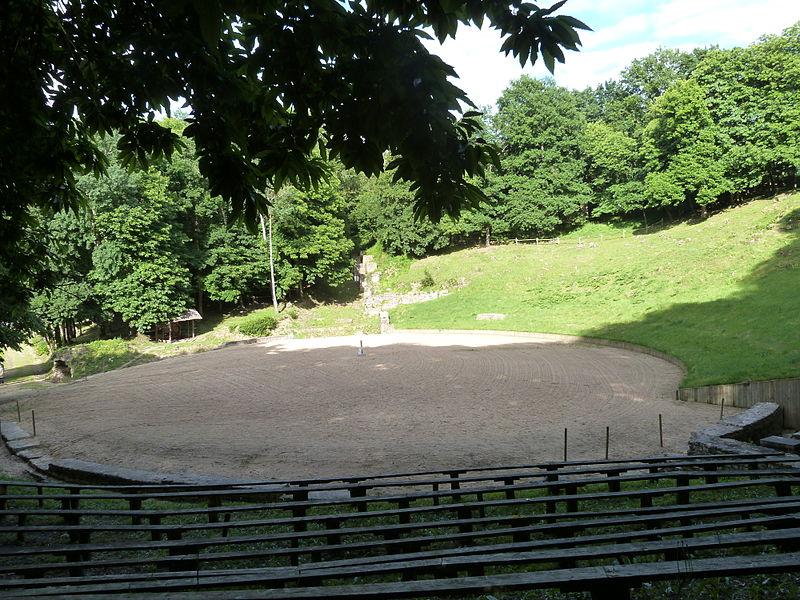 Photo du Monument Historique Théâtre-amphithéâtre gallo-romain situé à Gennes