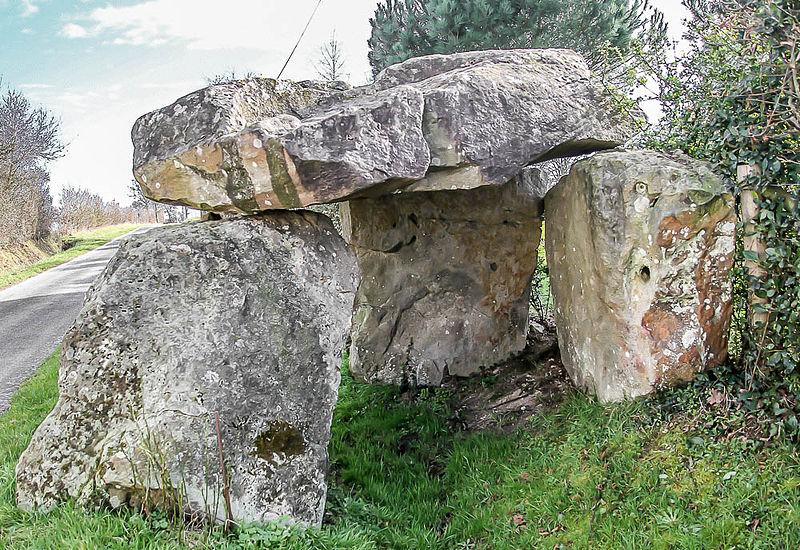 Photo du Monument Historique Dolmen de la Maison des Fées situé à Miré
