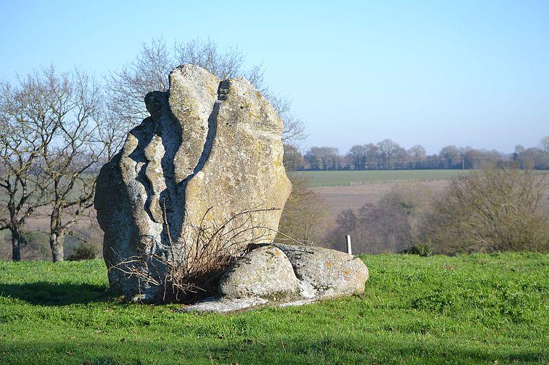 Photo du Monument Historique Menhir dit la pierre levée de Charbonneau situé à La Renaudière
