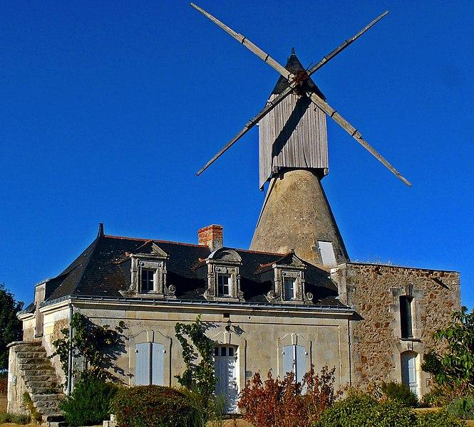 Photo du Monument Historique Moulin de Bourgdion ou de la Forêt situé à Saint-Rémy-la-Varenne