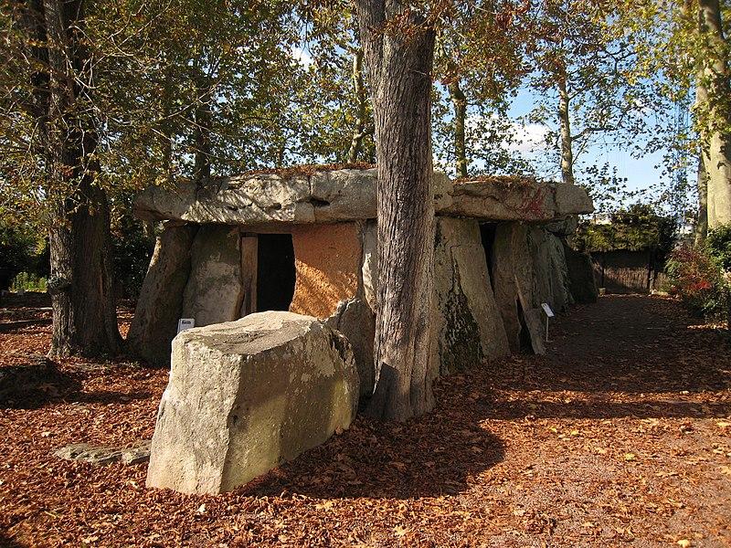 Photo du Monument Historique Allée couverte dite la Grande Pierre couverte situé à Saumur
