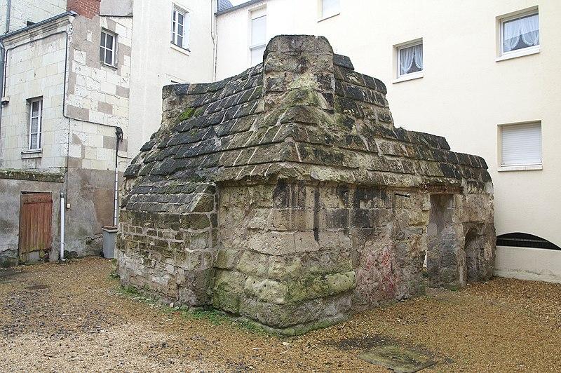 Photo du Monument Historique Chapelle du 14e siècle dite Lanterne des morts situé à Saumur