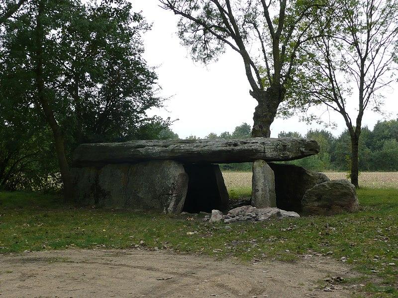 Photo du Monument Historique Dolmen de la Pierre Cesée situé à Soucelles