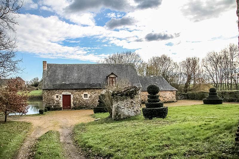 Photo du Monument Historique Logis de Crémaillé la Roche situé à Miré