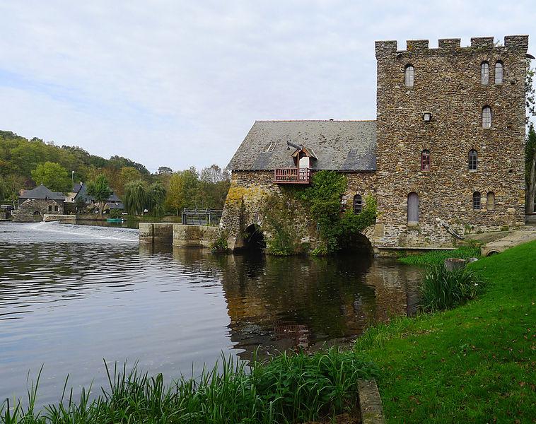 """Photo du Monument Historique Moulin à eau dit """"de la Chaussée"""" ou du """"grand Chenillé"""" situé à Chenillé-Changé"""