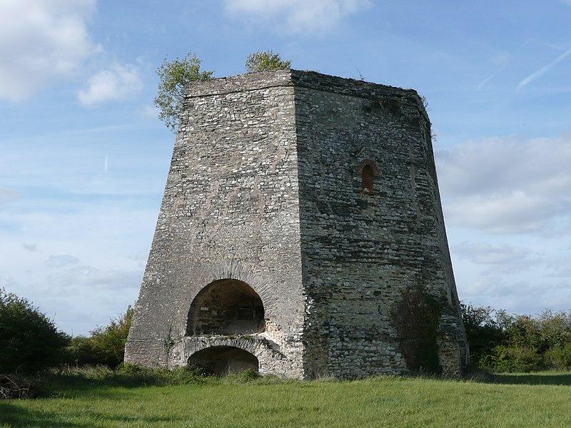 Photo du Monument Historique Usine à chaux de Saint-Pierre situé à Angrie