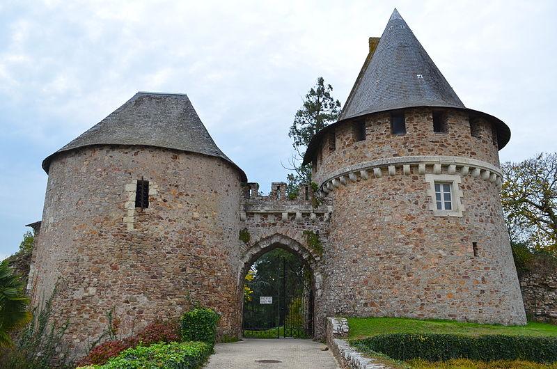 Photo du Monument Historique Anciens château et  ville close situé à Champtoceaux