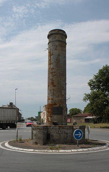 Photo du Monument Historique Colonne commémorative, située à l'intersection de deux routes départementales situé à Torfou