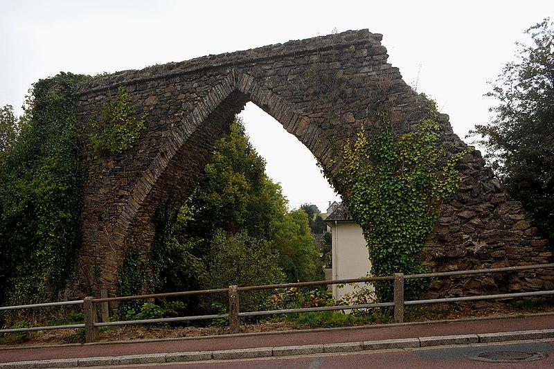 Photo du Monument Historique Aqueduc et ses abords situé à Coutances