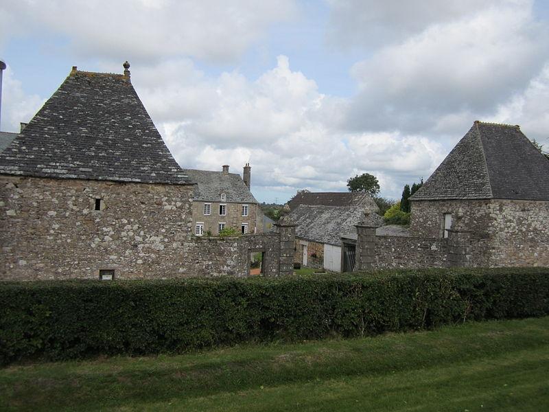 Photo du Monument Historique Manoir des Tourelles situé à Grosville