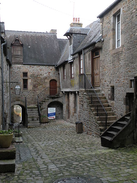 Photo du Monument Historique Immeubles bordant la Cour du Foyer situé à Villedieu-les-Poêles