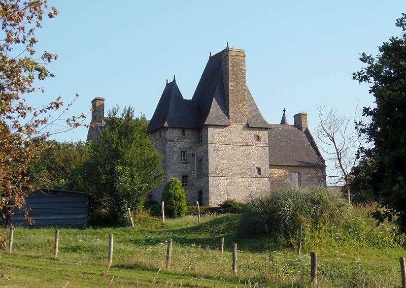 Photo du Monument Historique Manoir de Dougeru et son colombier situé à Saint-Aubin-de-Terregatte