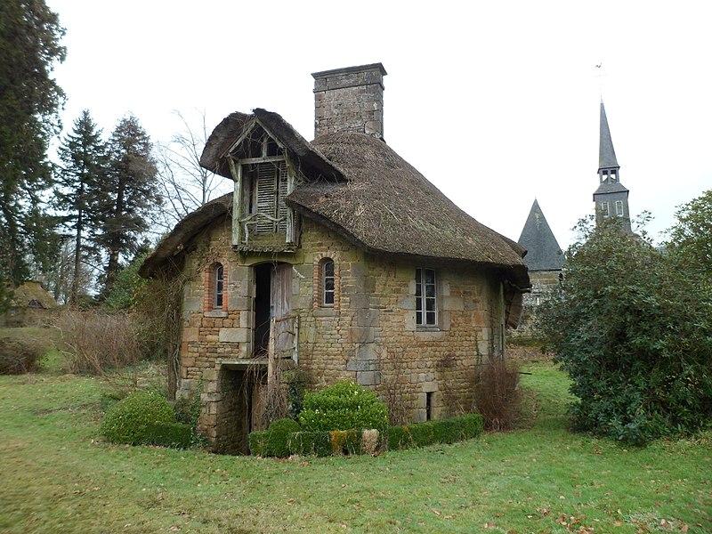 Photo du Monument Historique Domaine du château (également sur commune de Lapenty) situé à Saint-Symphorien-des-Monts