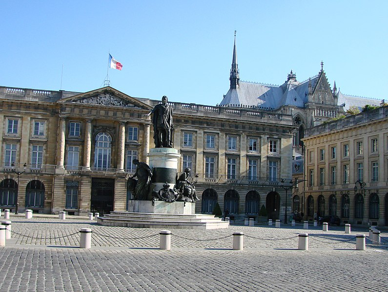 Photo du Monument Historique Place Royale situé à Reims