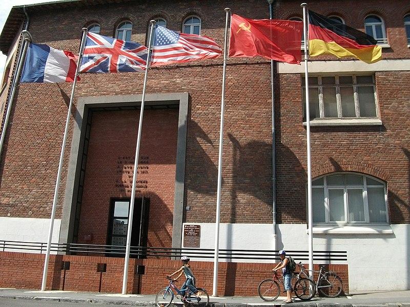 Photo du Monument Historique Salle de la reddition du 7 mai 1945 située dans l'immeuble (lycée technique) situé à Reims