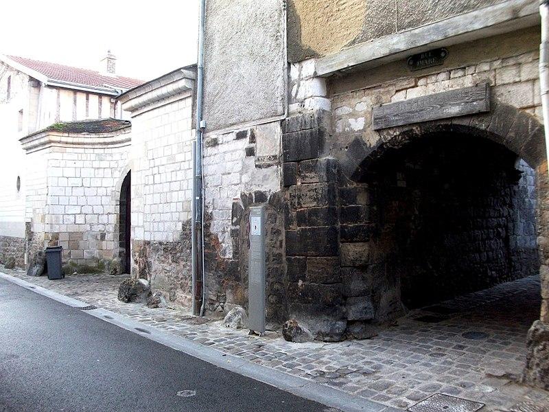 Photo du Monument Historique Ancienne entrée du cloître de la cathédrale situé à Châlons-sur-Marne