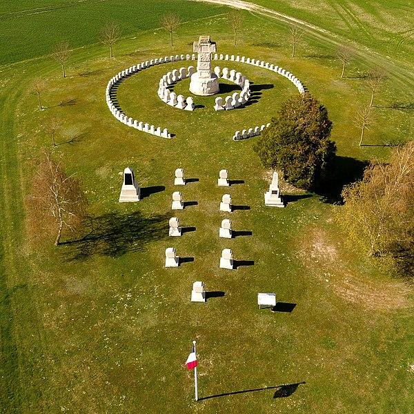 Photo du Monument Historique Cimetière de la 28e brigade-La ferme des Wacques et les deux monuments des 44e et 60e régiments d'infanterie, nécropole nationale. situé à Souain-Perthes-lès-Hurlus