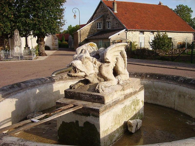 Photo du Monument Historique Fontaine du 18s située sur la place publique. situé à Aujeurres
